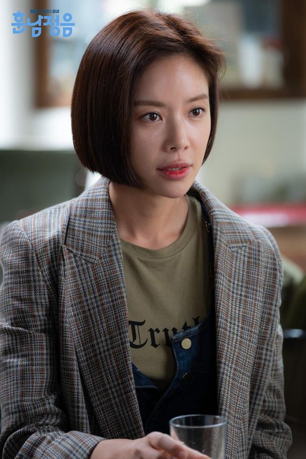 Hwang Jung Eum: Nữ hoàng rom-com đã trở lại lợi hại với vai dì hai quán rượu quyến rũ ở Mystic Pop-up Bar - Ảnh 9.