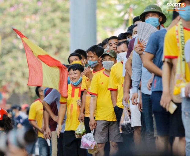Khán giả tới sân chật cứng xem Văn Toàn, Tuấn Anh đá chính - Ảnh 1.