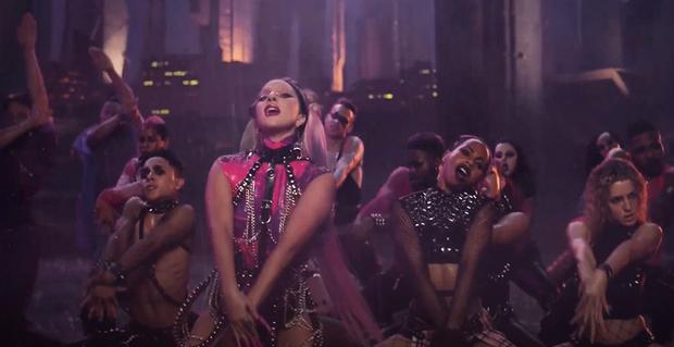 HOT: Nửa đêm, Lady Gaga rủ Ariana Grande tắm mưa rồi nhảy flashmob xoay vòng trên nền nhạc cực bốc nhưng xem MV chỉ toàn thấy BLACKPINK? - Ảnh 6.