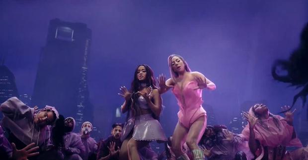 HOT: Nửa đêm, Lady Gaga rủ Ariana Grande tắm mưa rồi nhảy flashmob xoay vòng trên nền nhạc cực bốc nhưng xem MV chỉ toàn thấy BLACKPINK? - Ảnh 9.