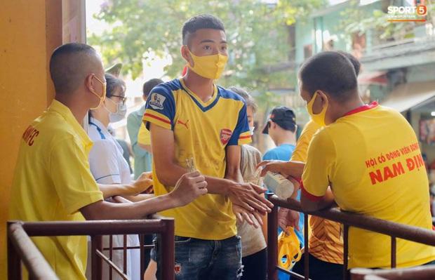 Khán giả tới sân chật cứng xem Văn Toàn, Tuấn Anh đá chính - Ảnh 4.