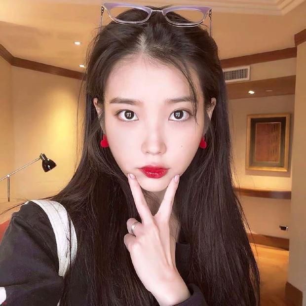 Hiếm idol nữ nào selfie mà đạt đến độ đẹp điên đảo như IU, kéo đến hình siêu zoom lồ lộ làn da và đường nét mới choáng - Ảnh 4.