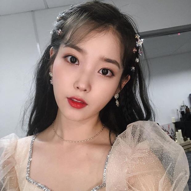 Hiếm idol nữ nào selfie mà đạt đến độ đẹp điên đảo như IU, kéo đến hình siêu zoom lồ lộ làn da và đường nét mới choáng - Ảnh 3.