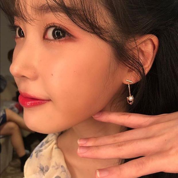 Hiếm idol nữ nào selfie mà đạt đến độ đẹp điên đảo như IU, kéo đến hình siêu zoom lồ lộ làn da và đường nét mới choáng - Ảnh 12.