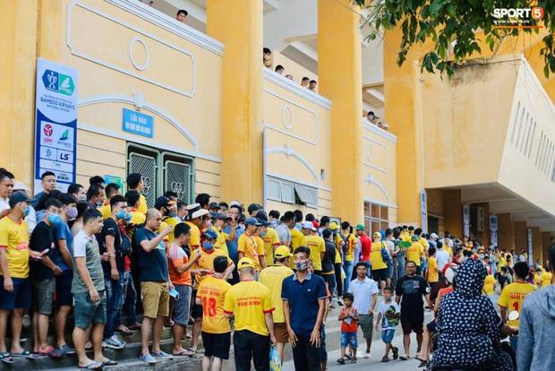 Khán giả tới sân chật cứng xem Văn Toàn, Tuấn Anh đá chính - Ảnh 8.