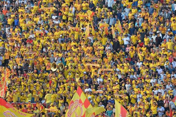 CĐV Nam Định được đo thân nhiệt và yêu cầu đeo khẩu trang vào sân trong trận đấu chuyên nghiệp đầu tiên trên thế giới có khán giả sau Covid-19 - Ảnh 9.