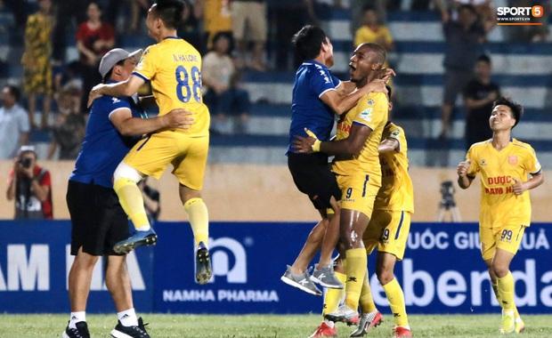 CLB Nam Định hạ thuyết phục HAGL 2-0 trong ngày bóng đá Việt Nam chính thức trở lại - Ảnh 2.