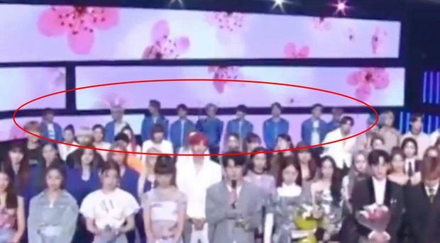 Chuyện gì thế này: NCT 127 bị dàn nghệ sĩ xa lánh, bạc đãi sau scandal Itaewon của thành viên Jaehyun tại Music Bank? - Ảnh 5.