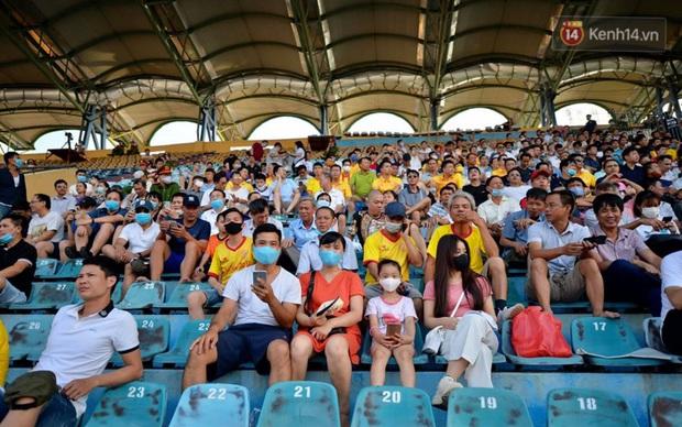 CĐV Nam Định được đo thân nhiệt và yêu cầu đeo khẩu trang vào sân trong trận đấu chuyên nghiệp đầu tiên trên thế giới có khán giả sau Covid-19 - Ảnh 7.