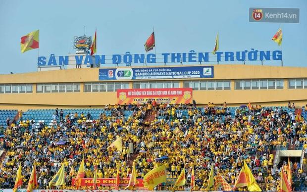 CĐV Nam Định được đo thân nhiệt và yêu cầu đeo khẩu trang vào sân trong trận đấu chuyên nghiệp đầu tiên trên thế giới có khán giả sau Covid-19 - Ảnh 2.