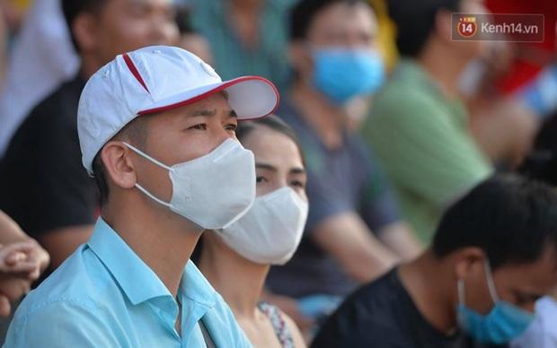 CĐV Nam Định được đo thân nhiệt và yêu cầu đeo khẩu trang vào sân trong trận đấu chuyên nghiệp đầu tiên trên thế giới có khán giả sau Covid-19 - Ảnh 6.