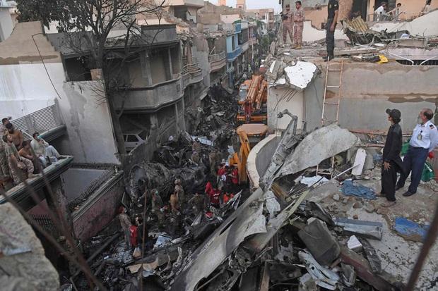 Thi thể văng ra khỏi máy bay: Nhân chứng kể lại khoảnh khắc xảy ra thảm kịch rơi máy bay Pakistan và nỗ lực cứu 1 người sống sót - Ảnh 1.