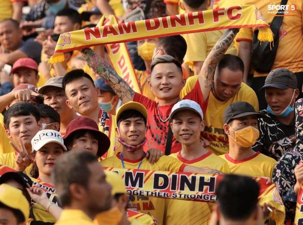 Khán giả tới sân chật cứng xem Văn Toàn, Tuấn Anh đá chính - Ảnh 9.