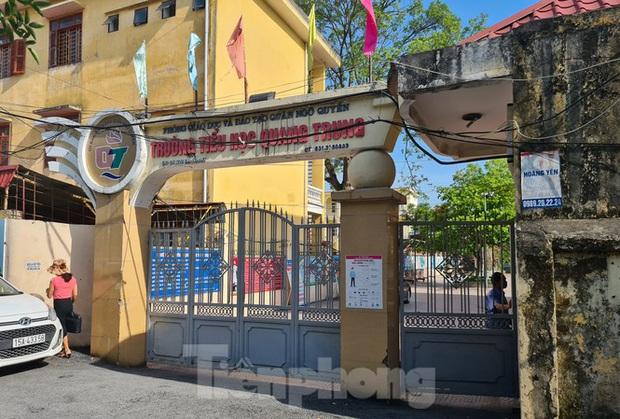 Học sinh tiểu học đội nắng ở cổng trường: Sẽ mở cổng trường cả trong giờ nghỉ trưa - Ảnh 1.