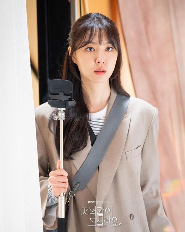 Chị đại Triều Tiên Seo Ji Hye hóa dân hổ báo, đè đầu cưỡi cổ thánh lừa đảo ở phim mới  Shall We Eat Dinner Together - Ảnh 2.