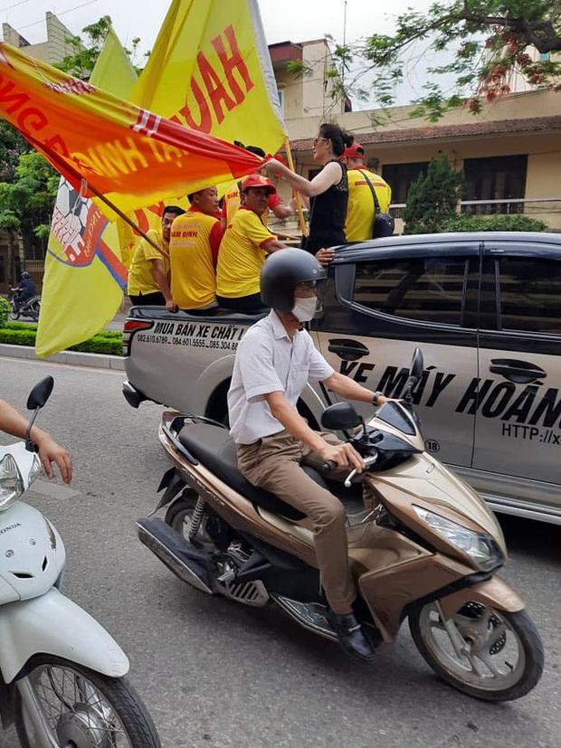 Sao HAGL thích thú khi thấy cổ động viên Nam Định diễu hành, hát hò từ sáng trước trận cầu đặc biệt - Ảnh 2.