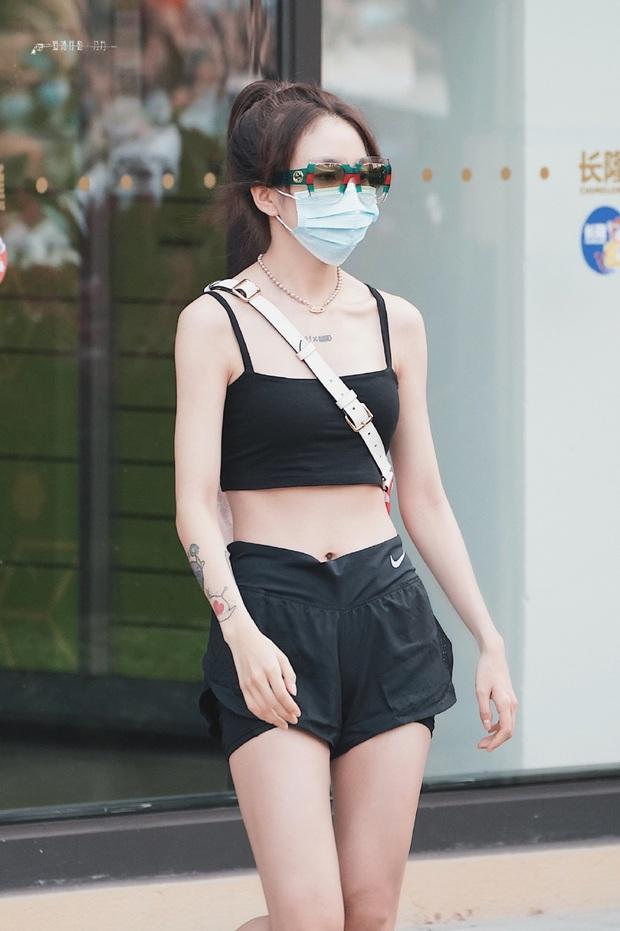 2 học trò Lisa hot nhất hôm nay: Phú bà Bắc Kinh khoe da trắng không tì vết, rapper cool ngầu gây sốt với body mảnh mai - Ảnh 8.