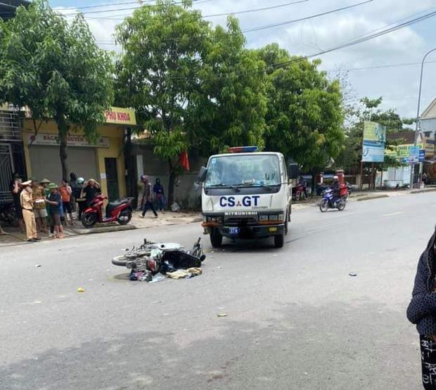 Xe máy va chạm với xe cảnh sát giao thông, hai mẹ con nguy kịch - Ảnh 2.