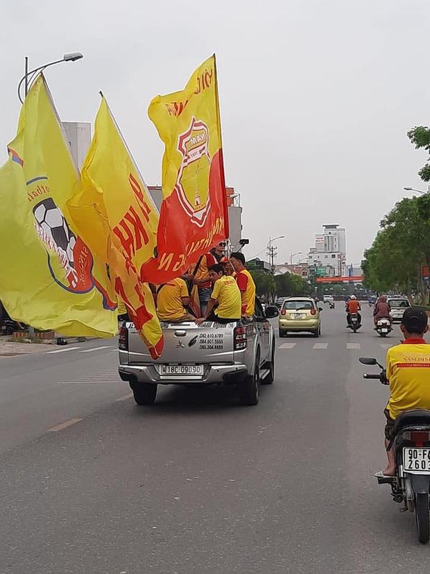 Sao HAGL thích thú khi thấy cổ động viên Nam Định diễu hành, hát hò từ sáng trước trận cầu đặc biệt - Ảnh 3.