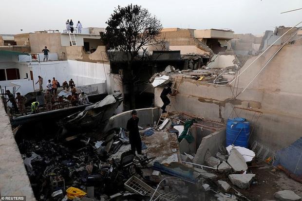 Máy bay rơi ở Pakistan: Vết cháy xém bên dưới các động cơ - Ảnh 3.