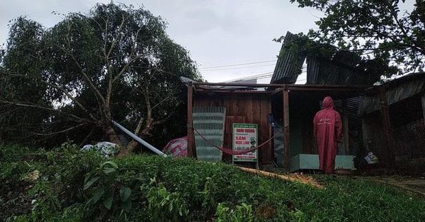 Quảng Nam: Mưa dông kèm lốc xoáy khiến nhiều nhà dân bị tốc mái - Ảnh 3.