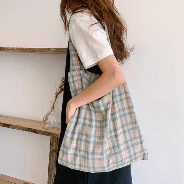 Hè này không cần điên cuồng sắm nhiều túi xách, chị em cứ đầu tư vào đúng 3 mẫu túi này là mặc đẹp trong mọi hoàn cảnh - Ảnh 5.