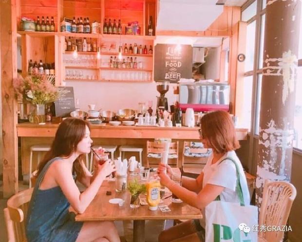 Khác với hình ảnh kín đáo thường thấy, Song Hye Kyo cứ đi du lịch là quẩy đồ gợi cảm hơn hẳn - Ảnh 5.