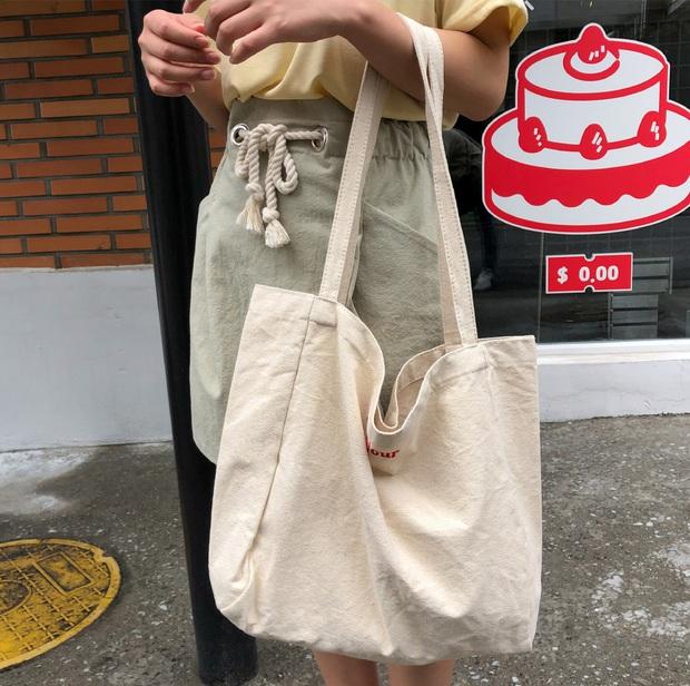 Hè này không cần điên cuồng sắm nhiều túi xách, chị em cứ đầu tư vào đúng 3 mẫu túi này là mặc đẹp trong mọi hoàn cảnh - Ảnh 6.