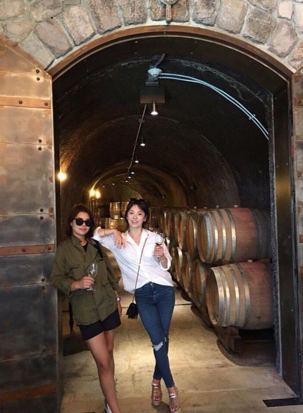 Khác với hình ảnh kín đáo thường thấy, Song Hye Kyo cứ đi du lịch là quẩy đồ gợi cảm hơn hẳn - Ảnh 6.