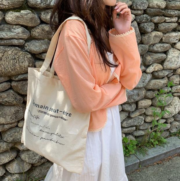 Hè này không cần điên cuồng sắm nhiều túi xách, chị em cứ đầu tư vào đúng 3 mẫu túi này là mặc đẹp trong mọi hoàn cảnh - Ảnh 7.