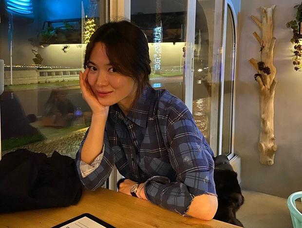 Khác với hình ảnh kín đáo thường thấy, Song Hye Kyo cứ đi du lịch là quẩy đồ gợi cảm hơn hẳn - Ảnh 7.