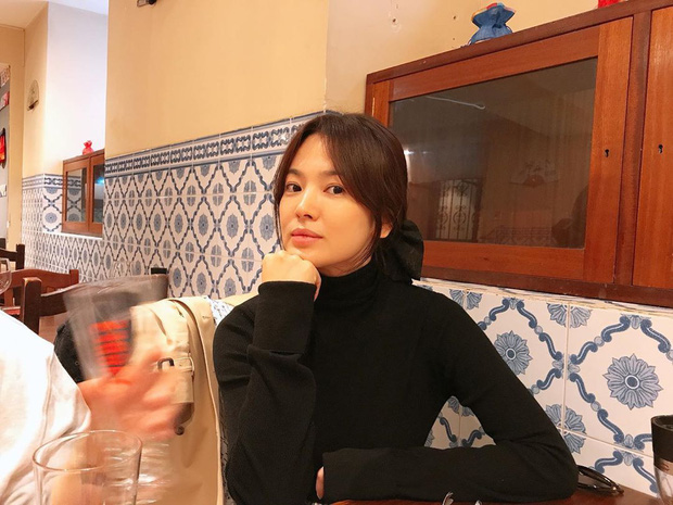 Khác với hình ảnh kín đáo thường thấy, Song Hye Kyo cứ đi du lịch là quẩy đồ gợi cảm hơn hẳn - Ảnh 8.