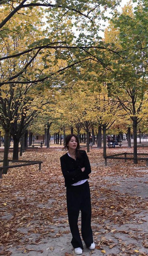 Khác với hình ảnh kín đáo thường thấy, Song Hye Kyo cứ đi du lịch là quẩy đồ gợi cảm hơn hẳn - Ảnh 9.