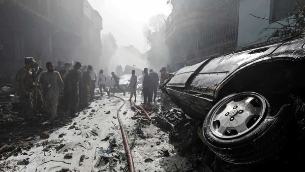 Thi thể văng ra khỏi máy bay: Nhân chứng kể lại khoảnh khắc xảy ra thảm kịch rơi máy bay Pakistan và nỗ lực cứu 1 người sống sót - Ảnh 2.