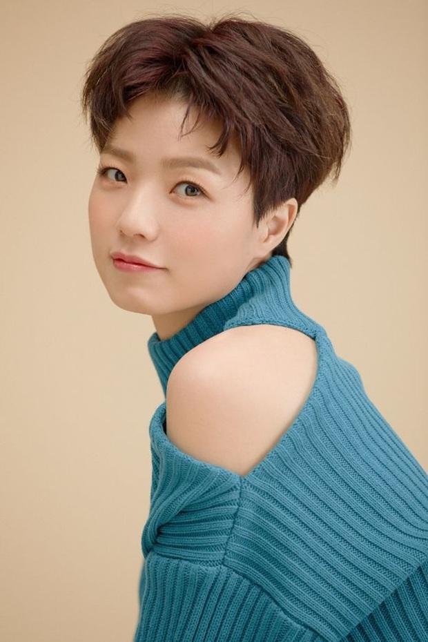 Nữ diễn viên Reply 1997 nhà YG chiếm trọn Top 1 Naver từ tối qua đến giờ, tất cả là nhờ màn lột xác nude 100% trên bìa tạp chí - Ảnh 8.