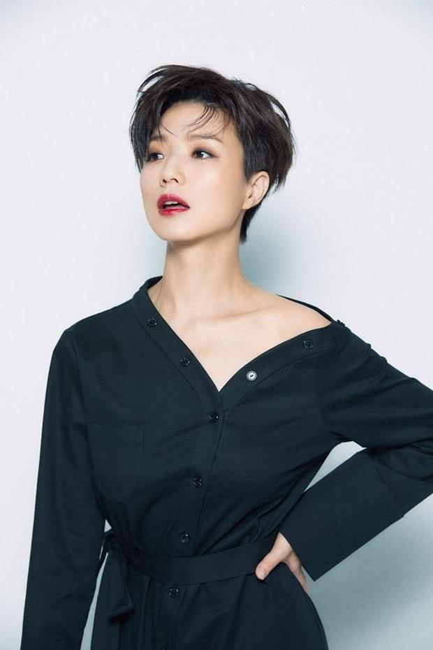 Nữ diễn viên Reply 1997 nhà YG chiếm trọn Top 1 Naver từ tối qua đến giờ, tất cả là nhờ màn lột xác nude 100% trên bìa tạp chí - Ảnh 9.