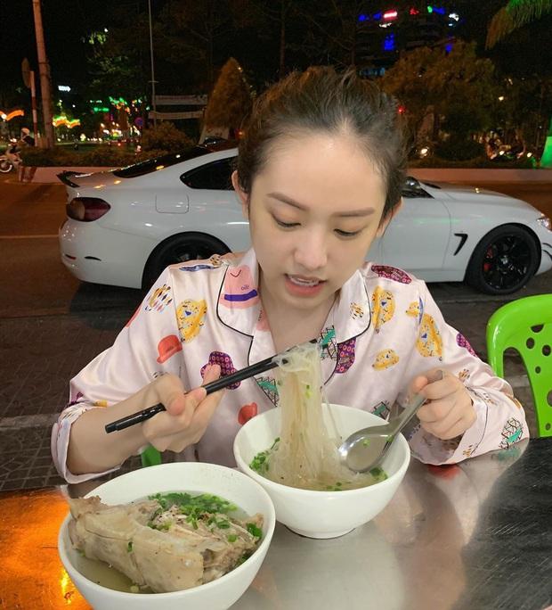 Ai về quê cũng mắc hội chứng giống Thúy Vi, ăn lấy ăn để đồ ngon ở nhà vì sợ thành phố không có - Ảnh 3.
