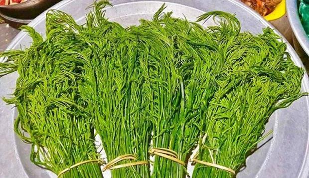 Vùng Tây Bắc có một loại rau đứng từ xa đã nghe mùi thối không chịu được, vậy mà ai cũng tranh nhau mua như 1 loại đặc sản - Ảnh 4.