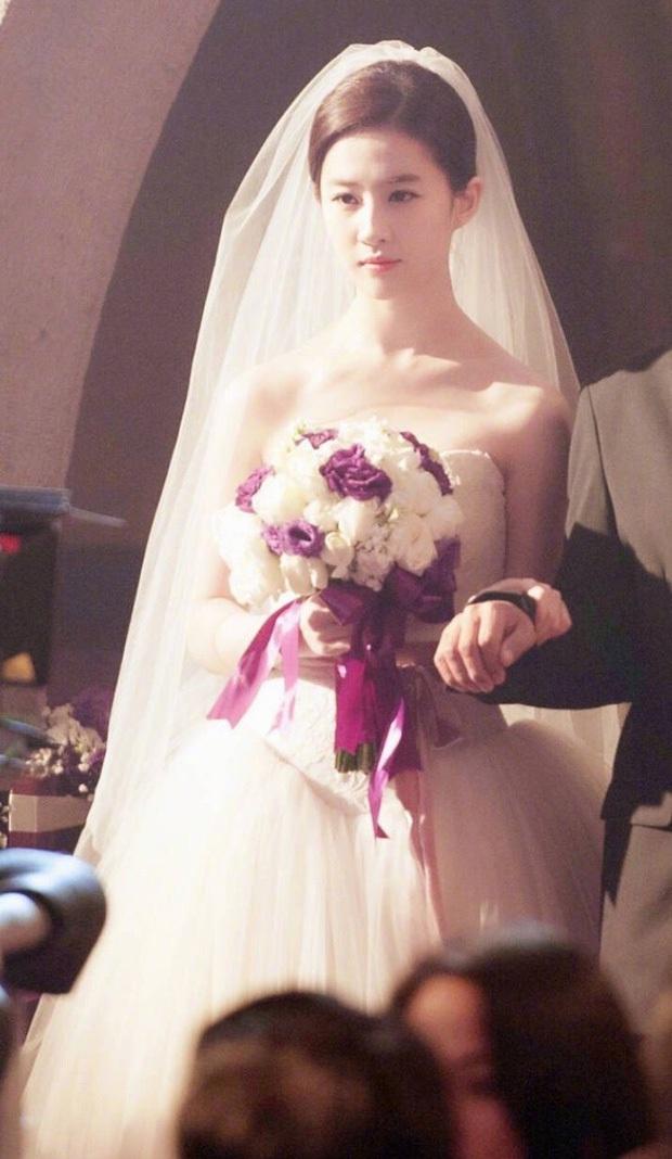 9 cô dâu nhan sắc đỉnh bức người ở màn ảnh Hoa ngữ: Cứ nghĩ thần thái là thế nhưng Địch Lệ Nhiệt Ba vẫn chưa phải đỉnh nhất nha! - Ảnh 11.