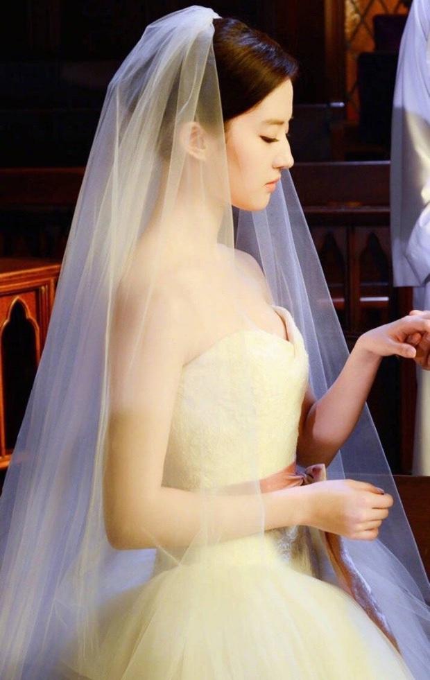 9 cô dâu nhan sắc đỉnh bức người ở màn ảnh Hoa ngữ: Cứ nghĩ thần thái là thế nhưng Địch Lệ Nhiệt Ba vẫn chưa phải đỉnh nhất nha! - Ảnh 12.