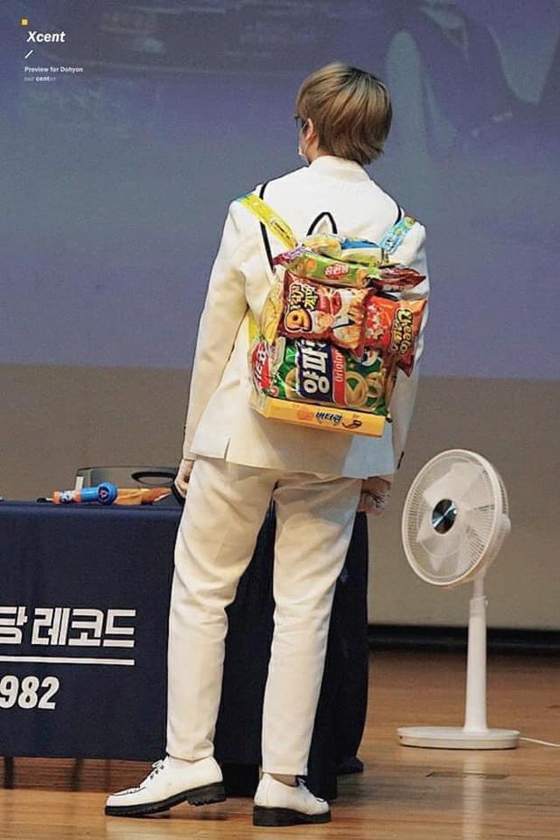 """Còn đang trong """"tuổi ăn tuổi lớn"""", nam idol được """"anh chị fan"""" tặng hẳn một chiếc balo làm từ đồ ăn vặt: Dễ thương hết sức à! - Ảnh 3."""