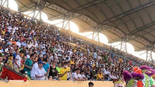Báo Thái Lan hốt hoảng khi thấy biển người Việt đi xem bóng đá: Tại sao họ không đeo khẩu trang và cũng chẳng giữ khoảng cách an toàn? - Ảnh 1.