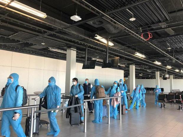 Sân bay Tân Sơn Nhất đón hơn 300 công dân Việt Nam từ châu Âu, châu Phi  - Ảnh 2.