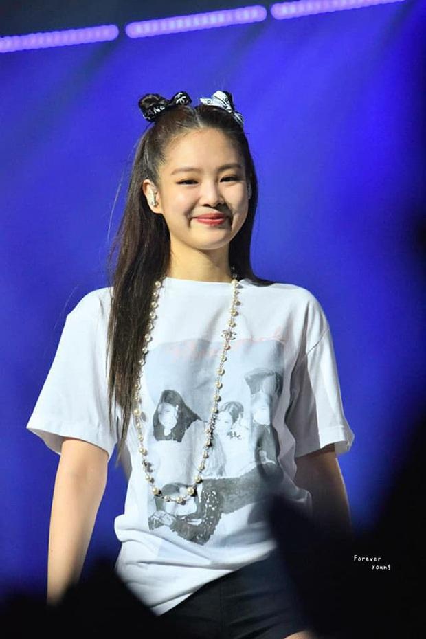 Chỉ một sợi ruy băng Chanel: Jennie buộc tóc cực sang chảnh, Lan Ngọc - Huyền My thi nhau học theo nhưng hài nhất lại là Hari Won - Ảnh 2.