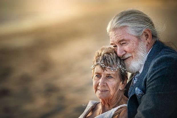 Bộ ảnh cưới độc đáo khiến lớp trẻ phải chạy dài mới kịp của cặp vợ chồng đã đi qua mọi bão giông cuộc đời - Ảnh 4.