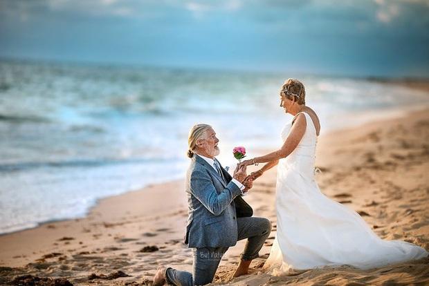 Bộ ảnh cưới độc đáo khiến lớp trẻ phải chạy dài mới kịp của cặp vợ chồng đã đi qua mọi bão giông cuộc đời - Ảnh 5.