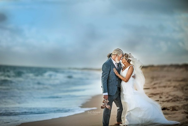 Bộ ảnh cưới độc đáo khiến lớp trẻ phải chạy dài mới kịp của cặp vợ chồng đã đi qua mọi bão giông cuộc đời - Ảnh 7.