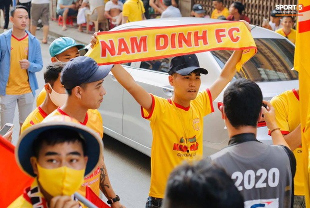 Báo Thái Lan hốt hoảng khi thấy biển người Việt đi xem bóng đá: Tại sao họ không đeo khẩu trang và cũng chẳng giữ khoảng cách an toàn? - Ảnh 5.