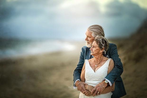 Bộ ảnh cưới độc đáo khiến lớp trẻ phải chạy dài mới kịp của cặp vợ chồng đã đi qua mọi bão giông cuộc đời - Ảnh 9.
