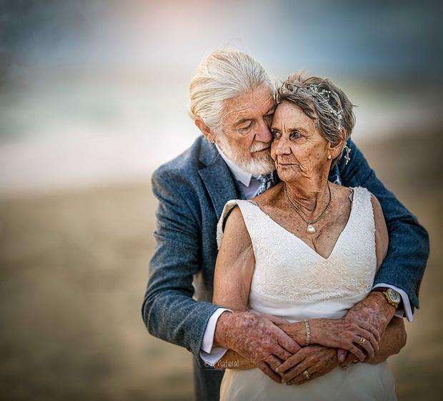 Bộ ảnh cưới độc đáo khiến lớp trẻ phải chạy dài mới kịp của cặp vợ chồng đã đi qua mọi bão giông cuộc đời - Ảnh 10.